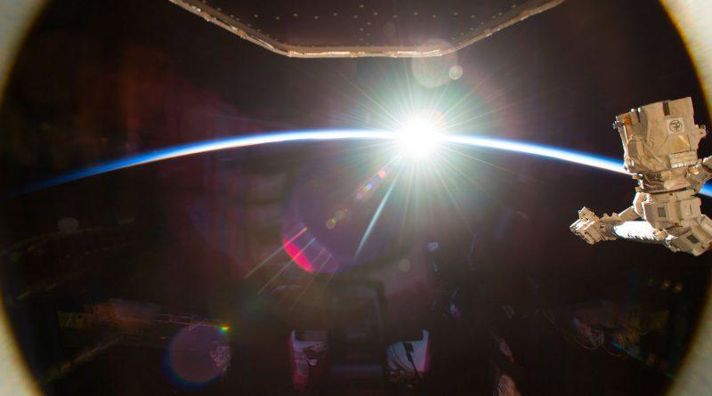 Fotografía de la salida del Sol tomada desde la Estación Espacial Internacional