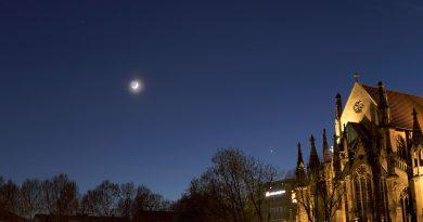 La Luna creciente desde Stuttgart, Alemania