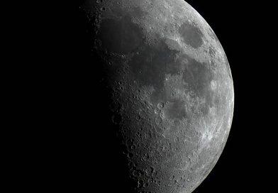 La Luna en fase Cuarto Creciente captada desde Washington, Estados Unidos