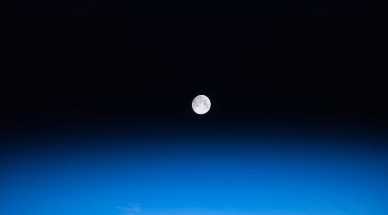 La puesta de la Luna captada desde la ISS