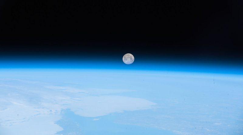 La puesta de la Luna captada desde la Estación Espacial Internacional