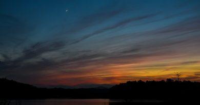 Fotografía de la Luna tomada al anochecer en Nueva York, Estados Unidos