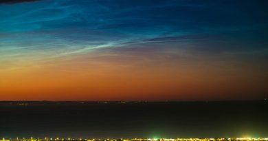 Nubes noctilucentes fotografiadas sobre Edimburgo, Escocia