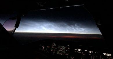 Nubes noctilucentes captadas desde un avión sobre el Océano Atlántico