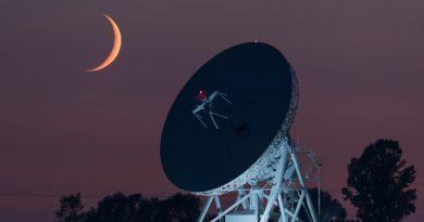 Foto de la Luna creciente tomada desde Piwnice, Polonia