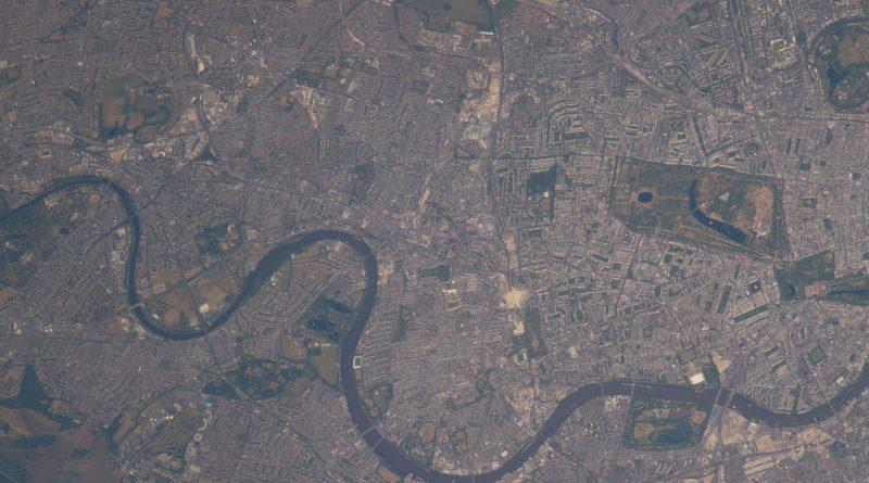 El río Támesis y la ciudad de Londres, Inglaterra, desde la ISS