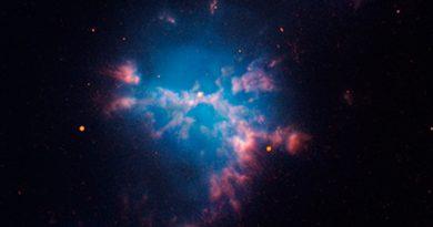 Dos estrellas que casi se tocan dentro de una nebulosa planetaria