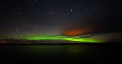 Foto de auroras boreales y la constelación de la Osa Mayor
