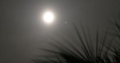 La conjunción de la Luna y Marte fotografiada desde Arenys de Munt, Barcelona