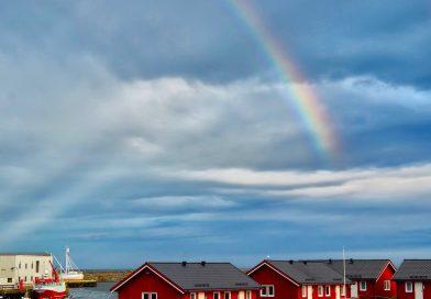 Foto de un arcoíris y rayos anticrepusculares tomada desde Andenes, Noruega