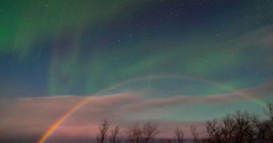 Foto de un arcoíris lunar y auroras boreales tomada desde Abisko, Suecia