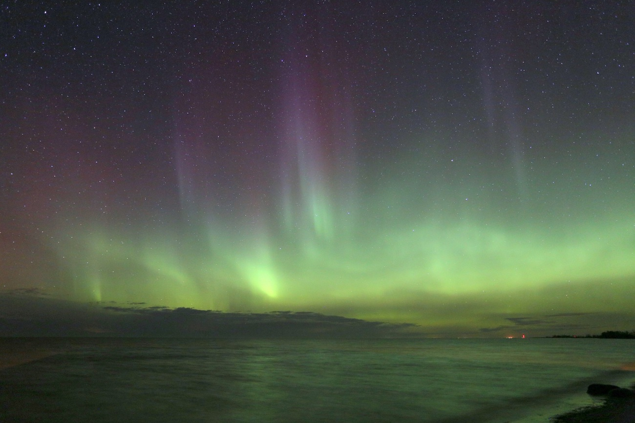 Foto de auroras boreales tomada desde Manitoba, Canadá