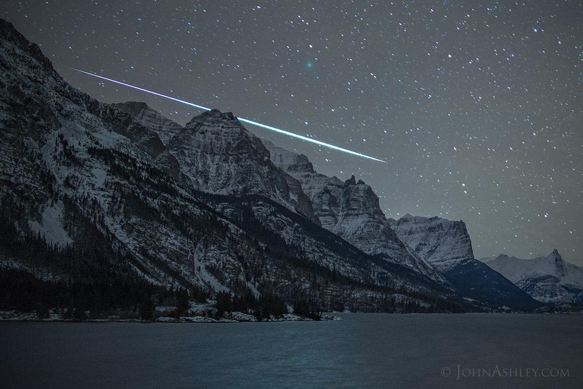 Foto de un meteoro y el Cometa 46P/Wirtanen tomada desde Montana, Estados Unidos