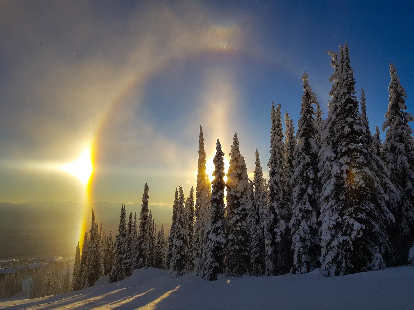 Halo solar fotografiado desde la Columbia Británica, Canadá