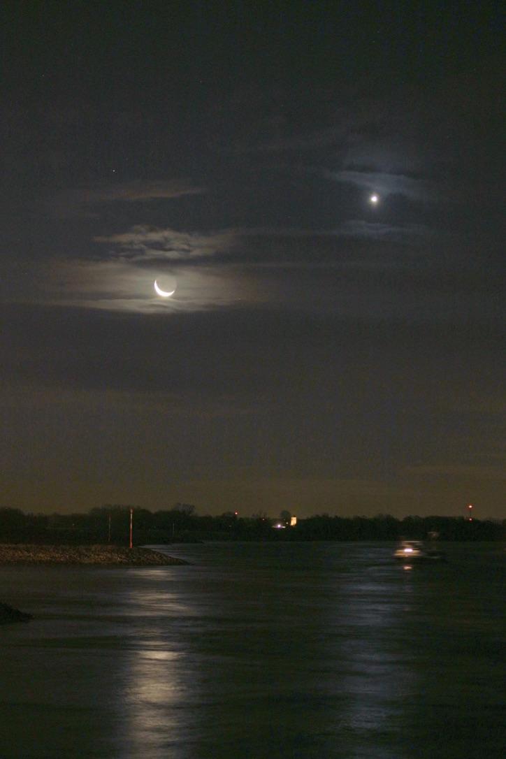 La Luna y Venus fotografiados desde Emmerich am Rhein, Alemania