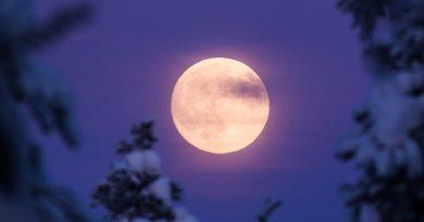 Fotografía de la Luna tomada desde Rovaniemi, Finlandia