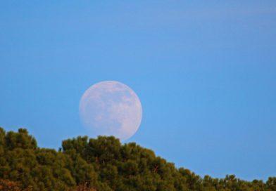 La salida de la Luna fotografiada desde Arenys de Munt, Barcelona