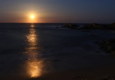 La salida de la Luna fotografiada desde Lloret de Mar, Girona (España)