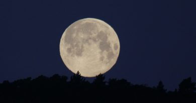 La puesta de la Luna fotografiada desde Arenys de Munt, Barcelona