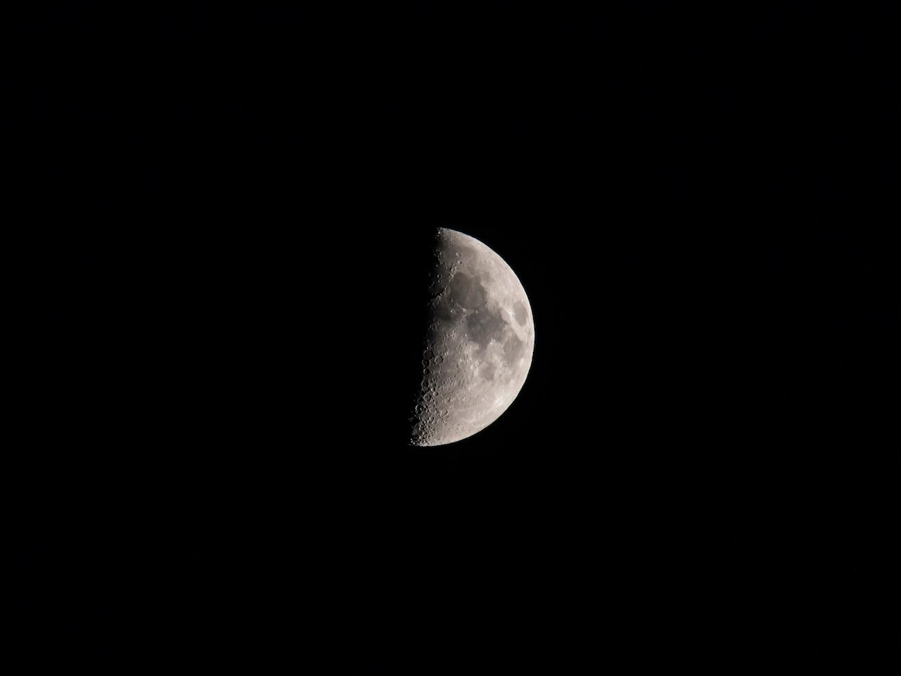 La Luna en fase Cuarto Creciente captada desde Zaragoza, España – El ...