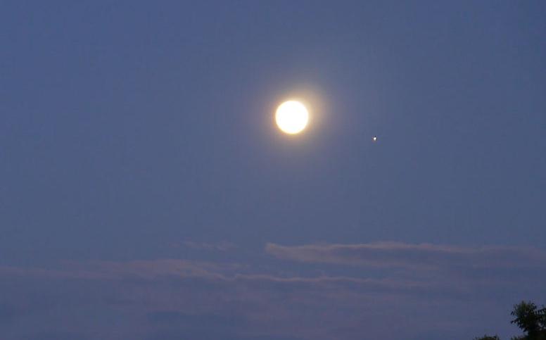 Foto de la Luna y Júpiter tomada desde Stuttgart, Alemania