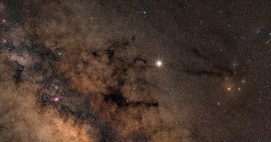 Imagen de la Vía Láctea, Júpiter, Antares y la Nebulosa del Caballo Oscuro