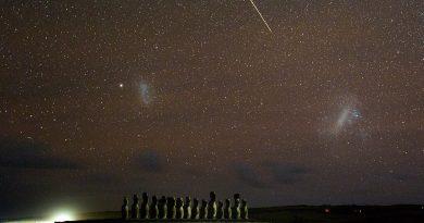 Foto de un meteoro y las Nubes de Magallanes tomada desde Rapa Nui (Isla de Pascua)