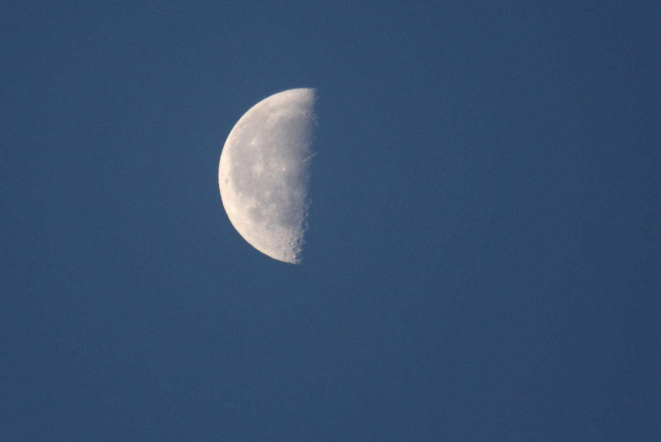 La Luna en fase en cuarto menguante captada desde Arenys de Munt ...