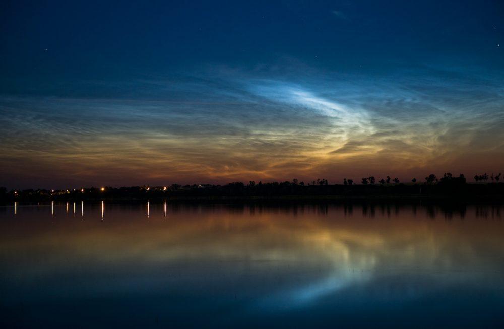 Nubes noctilucentes fotografiadas sobre el Lago Żnin, Polonia