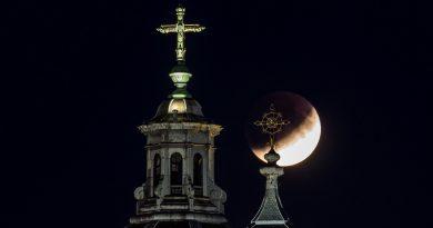 Foto del eclipse lunar y la Basílica de San Nicolás (Ámsterdam, Países Bajos)