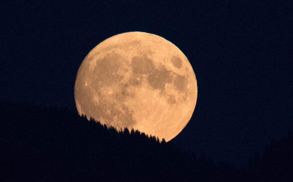 La salida de la Luna fotografiada desde Stäfa, Suiza