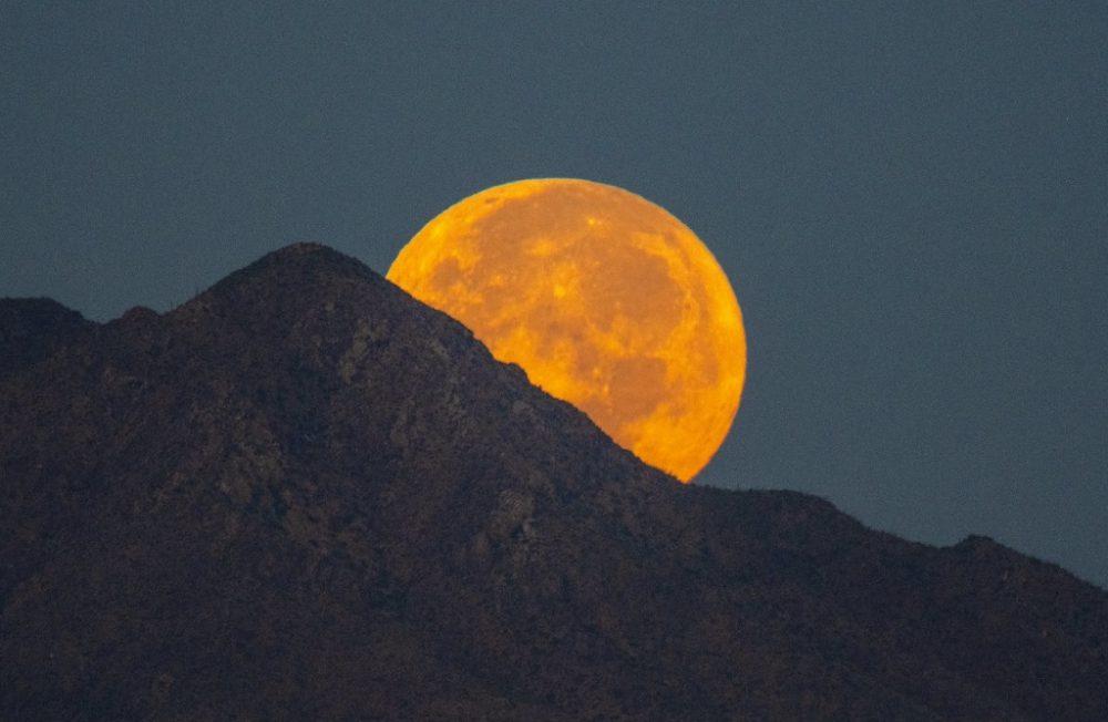 La puesta de la Luna fotografiada desde Arizona, Estados Unidos