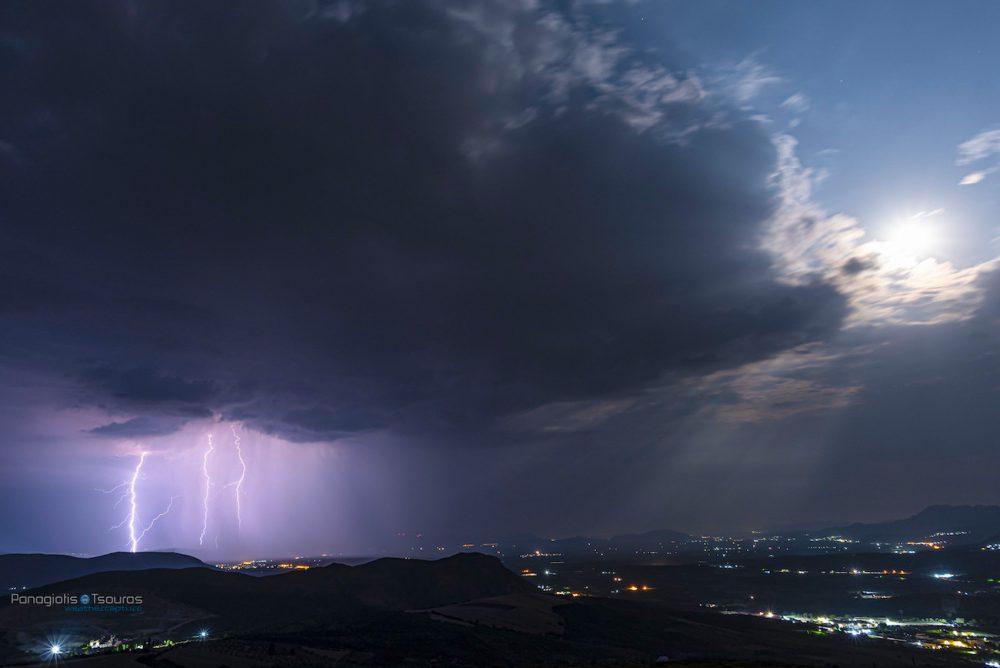 Foto de una tormenta eléctrica y la Luna tomada desde Estonia