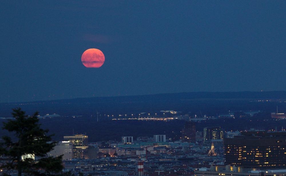 Foto de la Luna tomada desde Viena, Austria