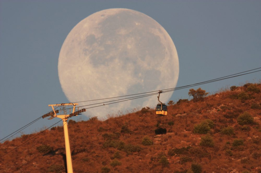 La puesta de la Luna fotografiada desde Arroyo de la Miel, Málaga