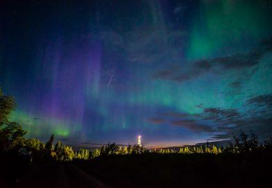 Foto de auroras boreales y un meteoro tomada desde Alberta, Canadá