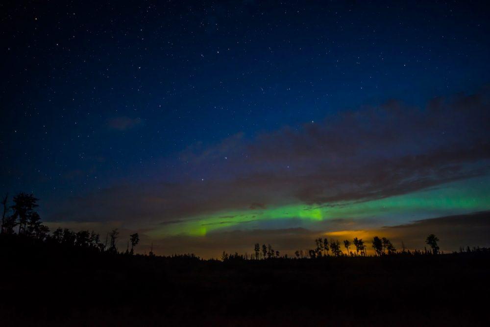 Foto de auroras boreales tomada desde Alberta, Canadá