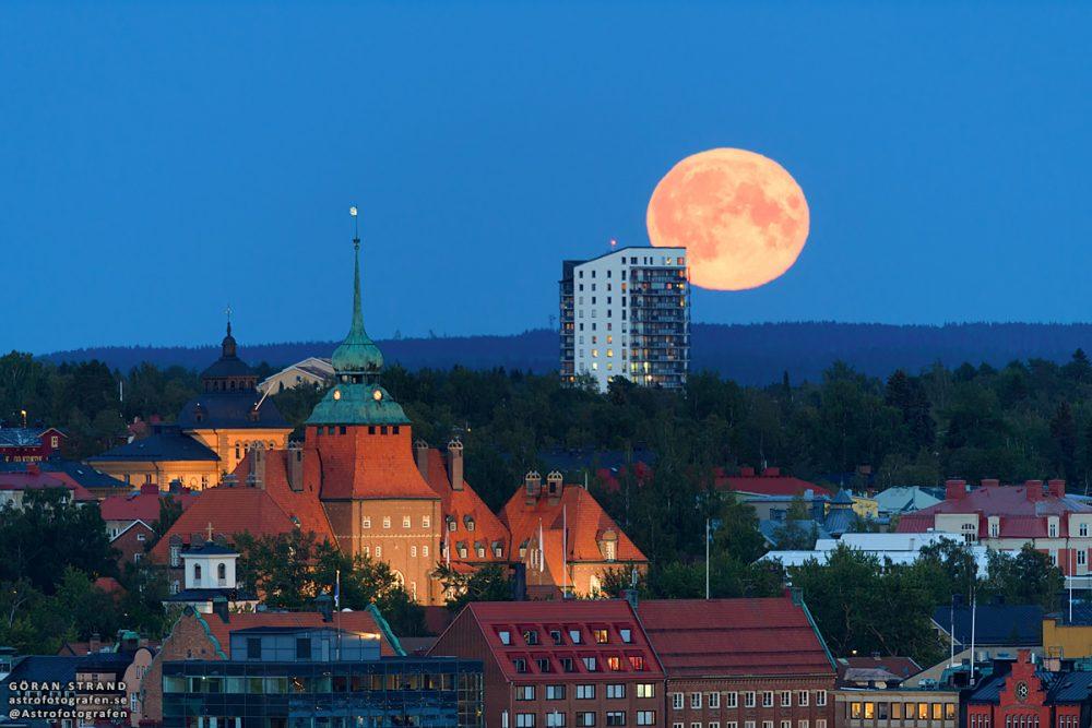La salida de la Luna fotografiada desde Östersund, Suecia