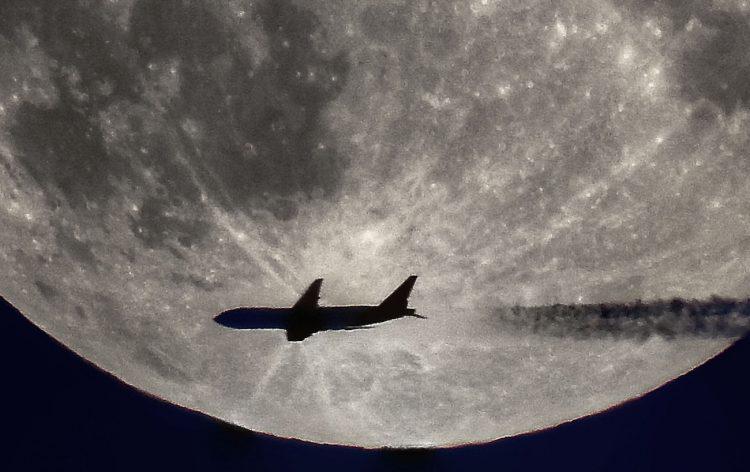 La Luna y un avión fotografiados desde Broager, Dinamarca