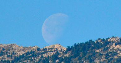 La puesta de la Luna gibosa menguante captada desde Yunquera, Málaga