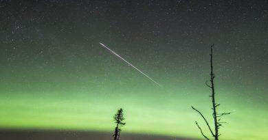 Auroras boreales y un meteoro fotografiados desde Alberta, Canadá