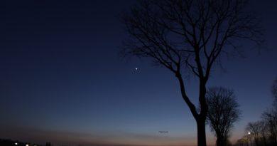 Foto del planeta Venus tomada al anochecer en Porcia, Italia