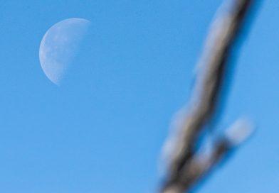 Foto de la Luna tomada desde Huntington Beach, California