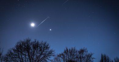 Foto de la Luna, Venus y el paso de satélites Starlink de SpaceX