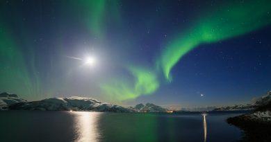 Foto de la Luna, Venus, las Pléyades y auroras boreales, tomada desde Noruega