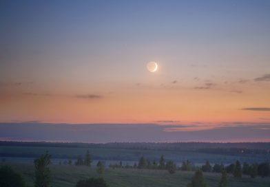 La Luna creciente captada desde Nizhny Nóvgorod, Rusia