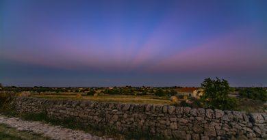 Rayos anticrepusculares captados desde Módica, Sicilia