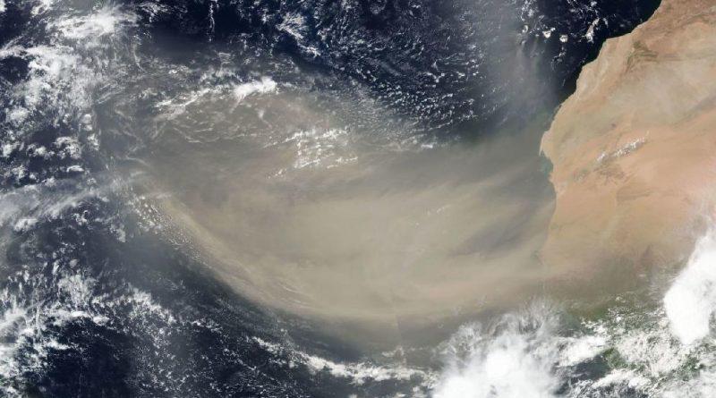 Tormenta de polvo del Desierto del Sahara sobre el Atlántico