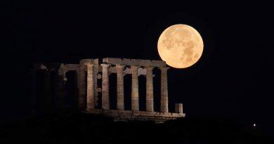 Foto de la puesta de la Luna y el Templo de Poseidón (Sunión, Grecia)