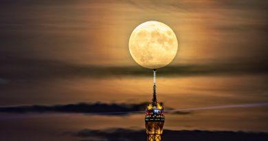 Foto de la Luna y la Torre Eiffel (París, Francia)